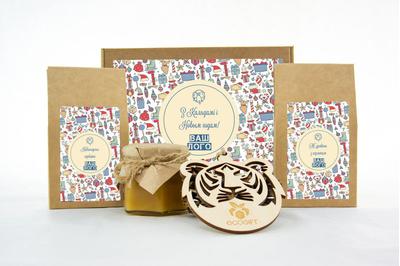 Подарочные наборы сотрудникам на Новый год с клюквой, чаем и медом. Арт: te34_016