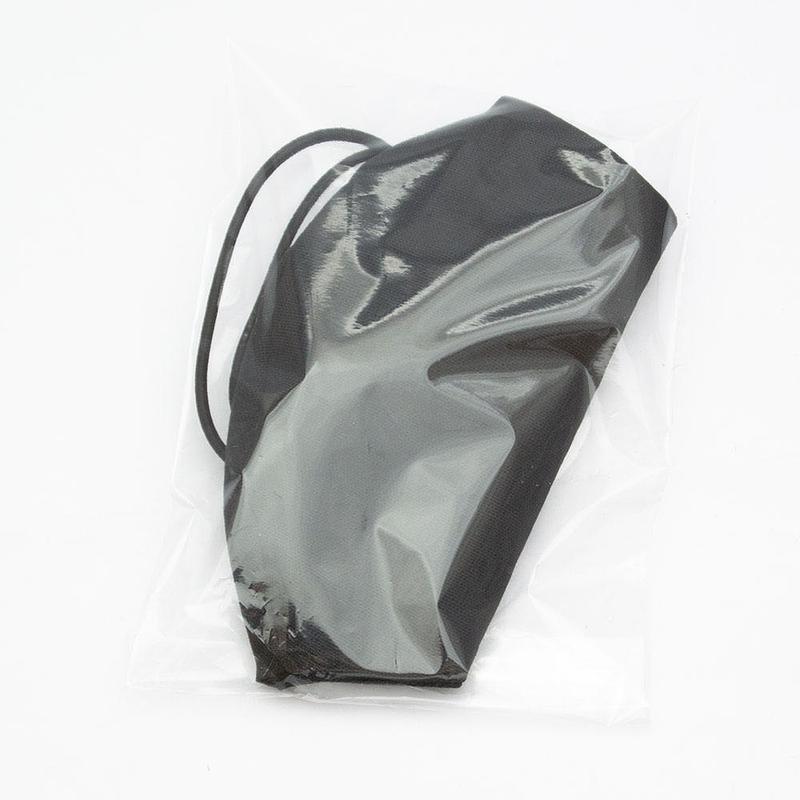 Черная защитная маска в упаковке